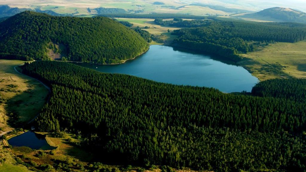 TOURNEBISE (Ph.), Le Montcineyre et le lac, vus de la plaine du Montcineyre.